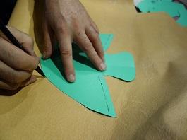 デザイン、色、革質などを決めたら型紙を起こします。