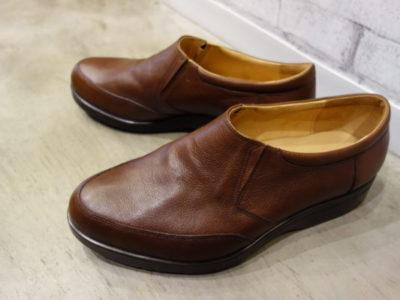 スリッポンタイプの紳士靴